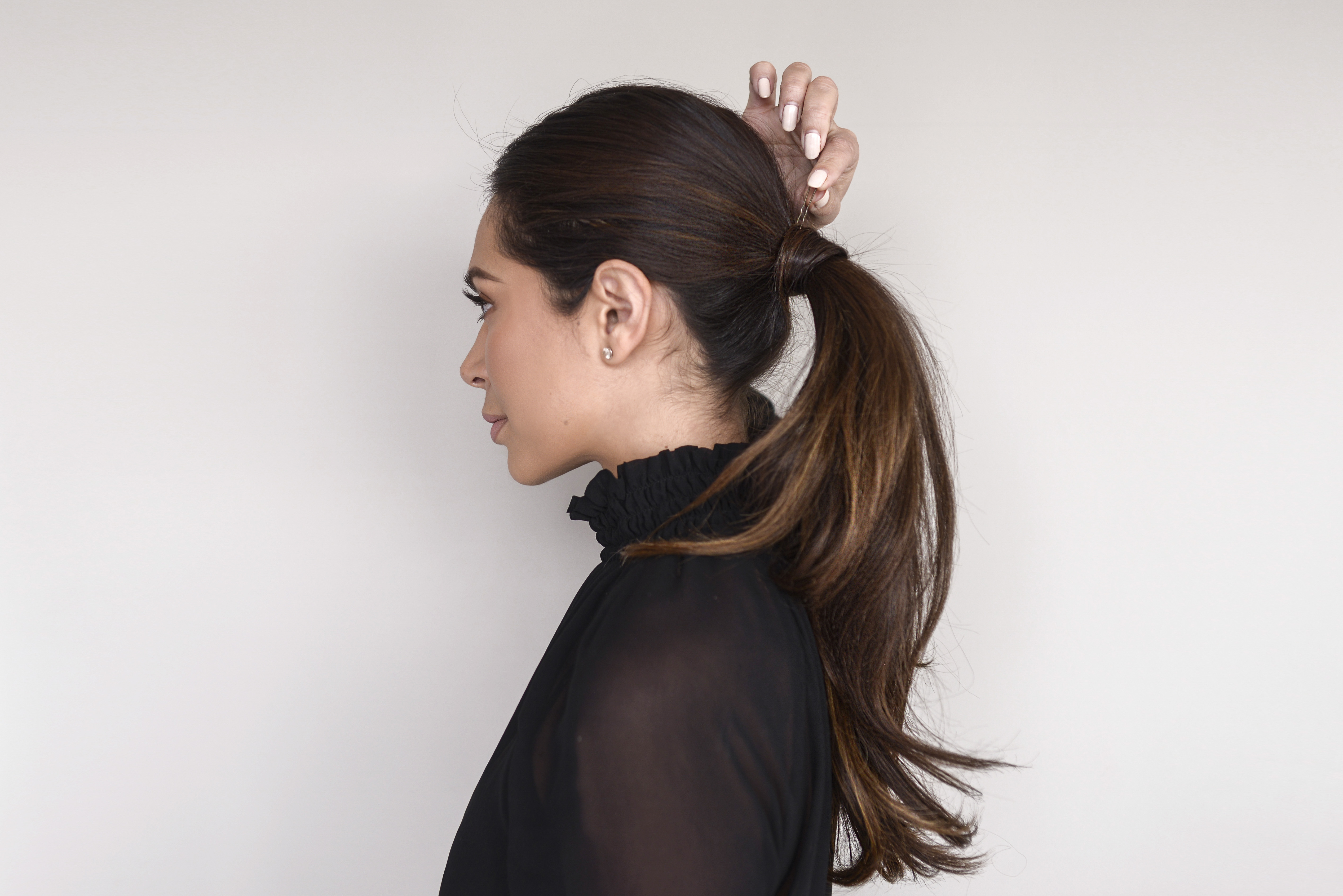 Use a bobby pin to fasten the tiny bun that covers the elastic holder, and here is our simple but always classic ponytail.